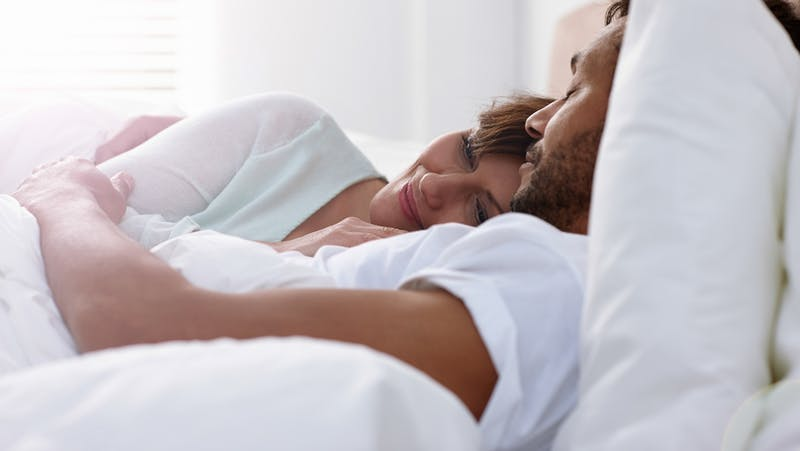 "Couple détendu au lit ""class ="" alignement complet, taille wp-image-2748851 ""width ="" 800 ""height ="" 450 ""srcset ="" https://i.dietdoctor.com/wp-content/uploads/2018/09 /Sleeping_16-9.jpg?auto=compress%2Cformat&w=150&h=85&fit=crop 150w, https: //i.dietdoctor.com/wp-content/uploads/2018/09/Sleeping_16-9.jpg? Auto = compress% 2Cformat & w = 200 & h = 113 & fit = recadrer 200w, https: //i.dietdoctor.com/wp-content/uploads/2018/09/Sleeping_16-9.jpg? Auto = compresser% 2Cformat & w = 267 & h = 150 & fit = crop 267w, https: //i.dietdoctor.com/wp-content/uploads/2018/09/Sleeping_16-9.jpg?auto=compress%2Cformat&w=400&h=225&fit=crop 400w, https: //i.dietdoctor.com/wp-content /uploads/2018/09/Sleeping_16-9.jpg?auto=compress%2Cformat&w=800&h=451&fit=crop 800w, https: //i.dietdoctor.com/wp-content/uploads/2018/09/Sleeping_16-9. jpg? auto = compresser% 2Cformat & w = 1600 & h = 902 & fit = rogner 1600w ""tailles ="" (largeur maximale: 769px) 100vw, (largeur minimale: 1200px) 800px, calculé (100vw - 300px)"